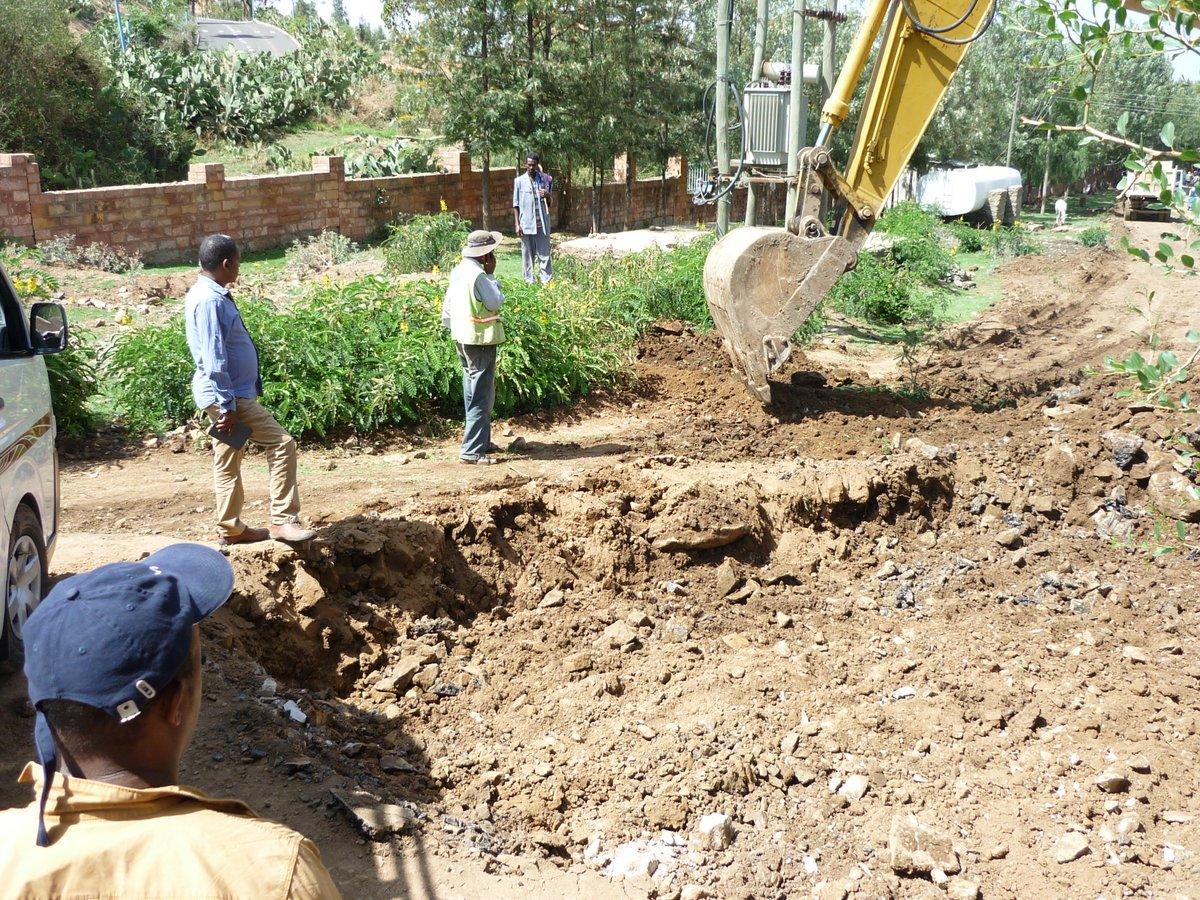 Axoum : une excavatrice a couper notre route.